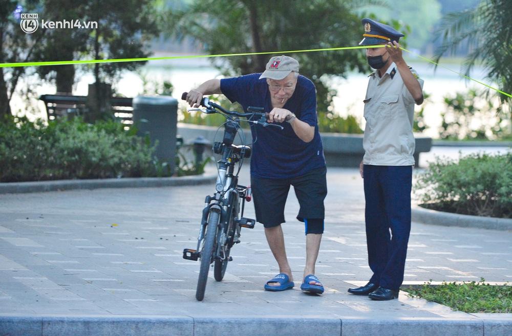 Ảnh: Hà Nội cấm triệt để, hồ Tây lập chốt chặn, hồ Gươm chăng rào kín vẫn không ngăn được người dân tập thể dục - Ảnh 10.
