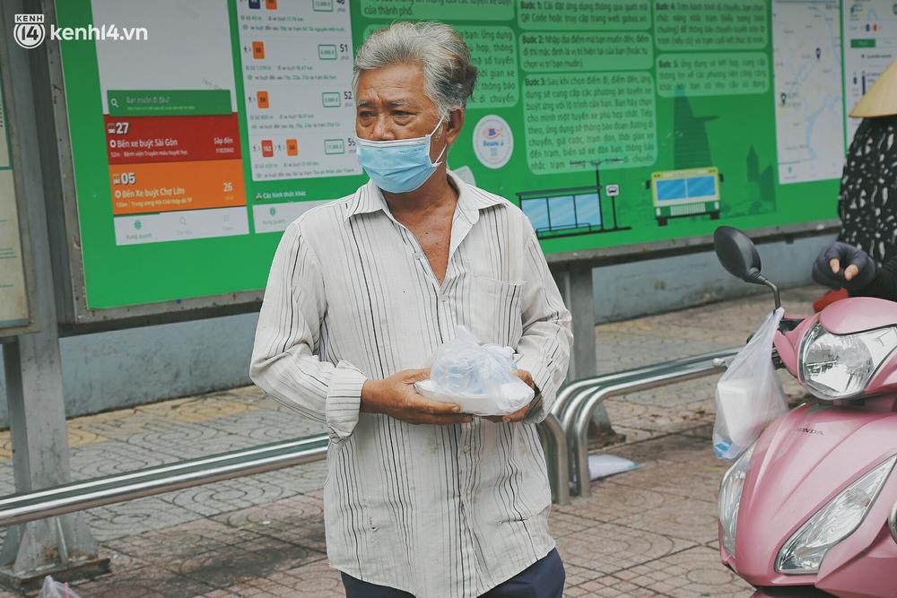 Chuyện ấm lòng khi Sài Gòn giãn cách: Hội chị em miệt mài nấu hàng trăm phần cơm, đi khắp nơi để tặng cho người khó khăn - Ảnh 9.
