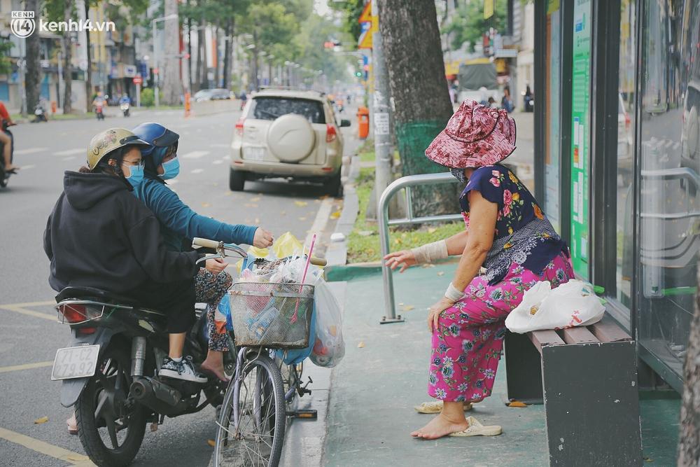 Chuyện ấm lòng khi Sài Gòn giãn cách: Hội chị em miệt mài nấu hàng trăm phần cơm, đi khắp nơi để tặng cho người khó khăn - Ảnh 4.