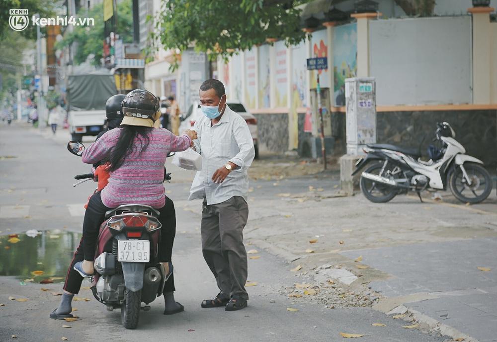 Chuyện ấm lòng khi Sài Gòn giãn cách: Hội chị em miệt mài nấu hàng trăm phần cơm, đi khắp nơi để tặng cho người khó khăn - Ảnh 16.