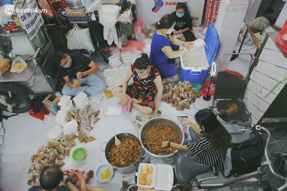 Chuyện ấm lòng khi Sài Gòn giãn cách: Hội chị em miệt mài nấu hàng trăm phần cơm, đi khắp nơi để tặng cho người khó khăn - Ảnh 2.
