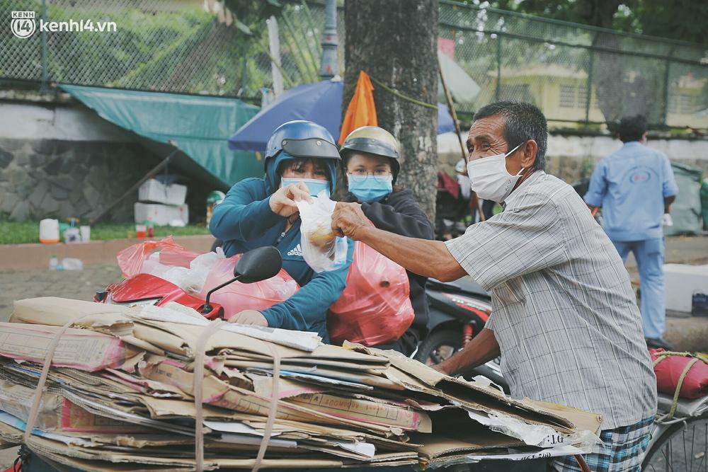 Chuyện ấm lòng khi Sài Gòn giãn cách: Hội chị em miệt mài nấu hàng trăm phần cơm, đi khắp nơi để tặng cho người khó khăn - Ảnh 14.