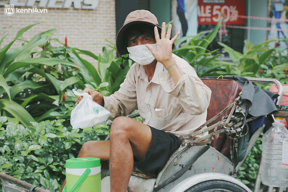 Chuyện ấm lòng khi Sài Gòn giãn cách: Hội chị em miệt mài nấu hàng trăm phần cơm, đi khắp nơi để tặng cho người khó khăn - Ảnh 7.
