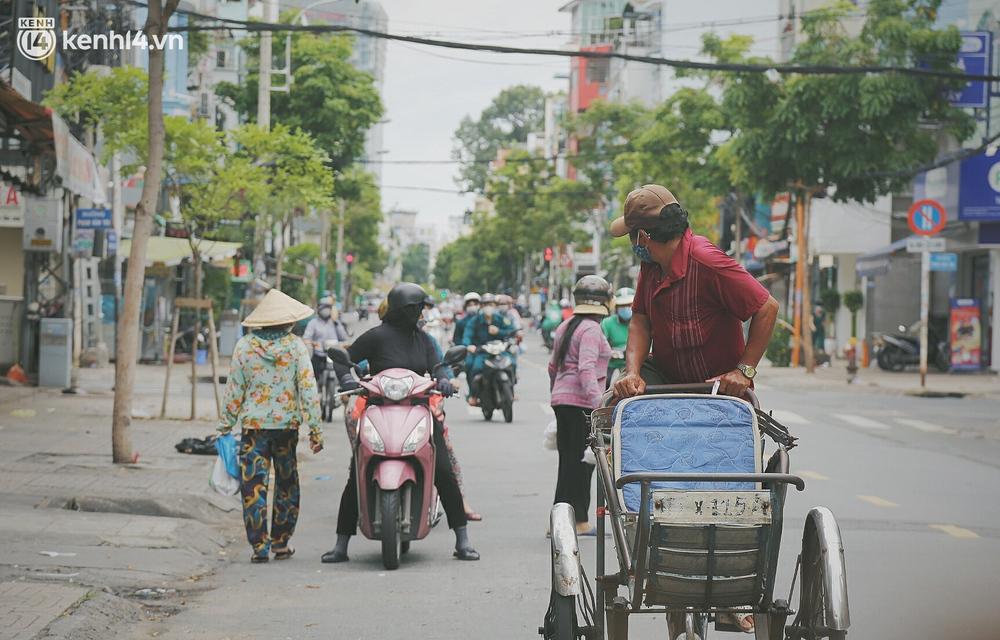 Chuyện ấm lòng khi Sài Gòn giãn cách: Hội chị em miệt mài nấu hàng trăm phần cơm, đi khắp nơi để tặng cho người khó khăn - Ảnh 10.