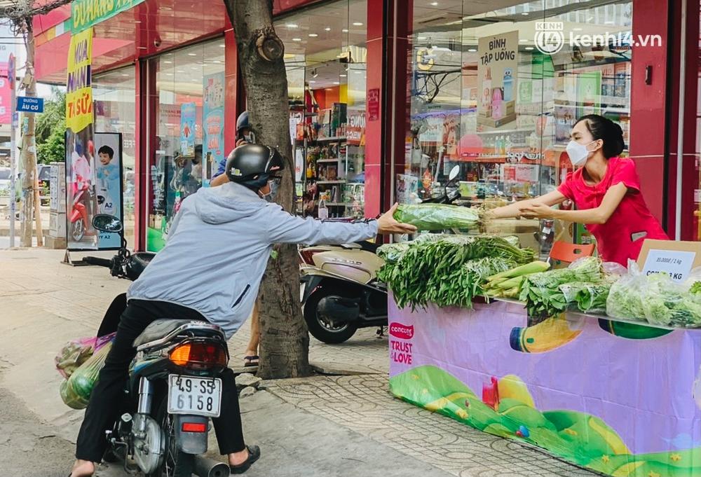 TP.HCM: Cửa hàng Con Cưng bắt đầu bán rau củ, người dân thấy giá bình dân nên mua luôn - Ảnh 11.