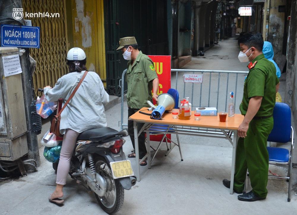 Hà Nội: Phong toả con ngõ tại quận Đống Đa, đưa ca bệnh từ F1 trở thành F0 đi cách ly - Ảnh 5.