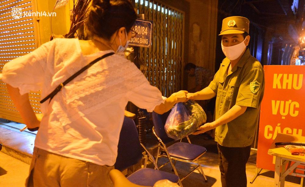 Hà Nội: Phong toả con ngõ tại quận Đống Đa, đưa ca bệnh từ F1 trở thành F0 đi cách ly - Ảnh 13.