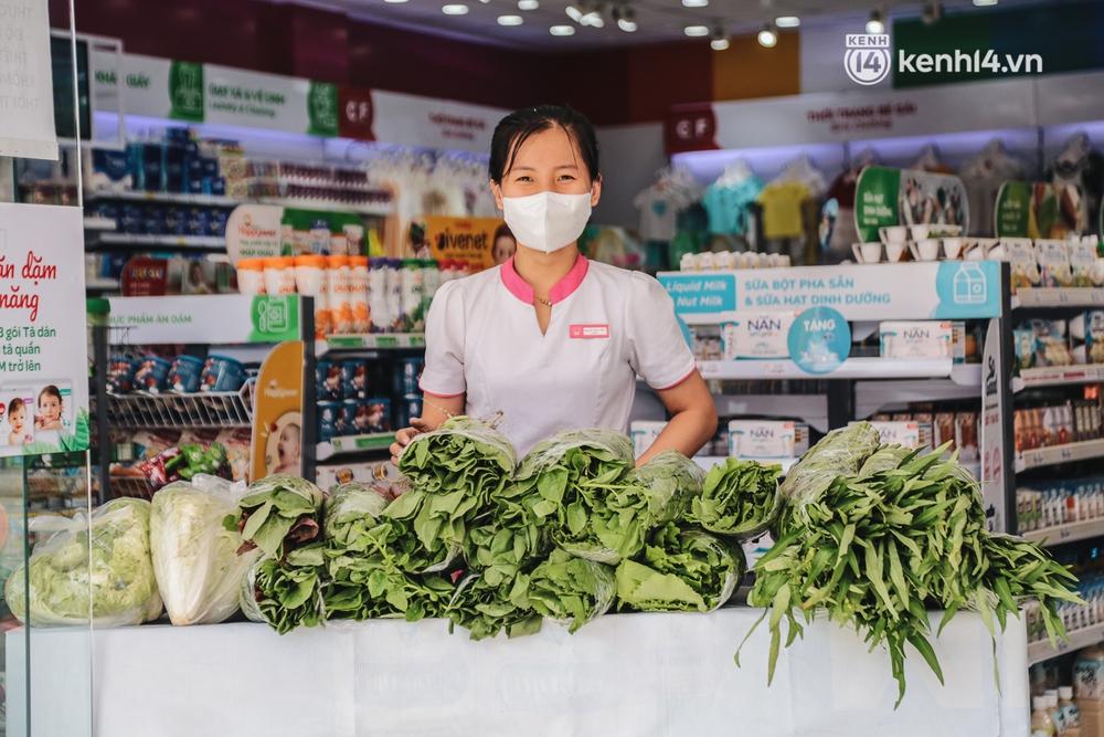 TP.HCM: Cửa hàng Con Cưng bắt đầu bán rau củ, người dân thấy giá bình dân nên mua luôn - Ảnh 3.