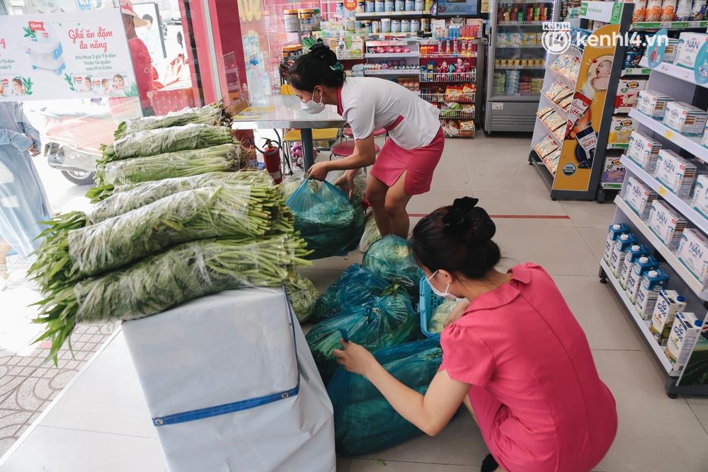 TP.HCM: Cửa hàng Con Cưng bắt đầu bán rau củ, người dân thấy giá bình dân nên mua luôn - Ảnh 2.