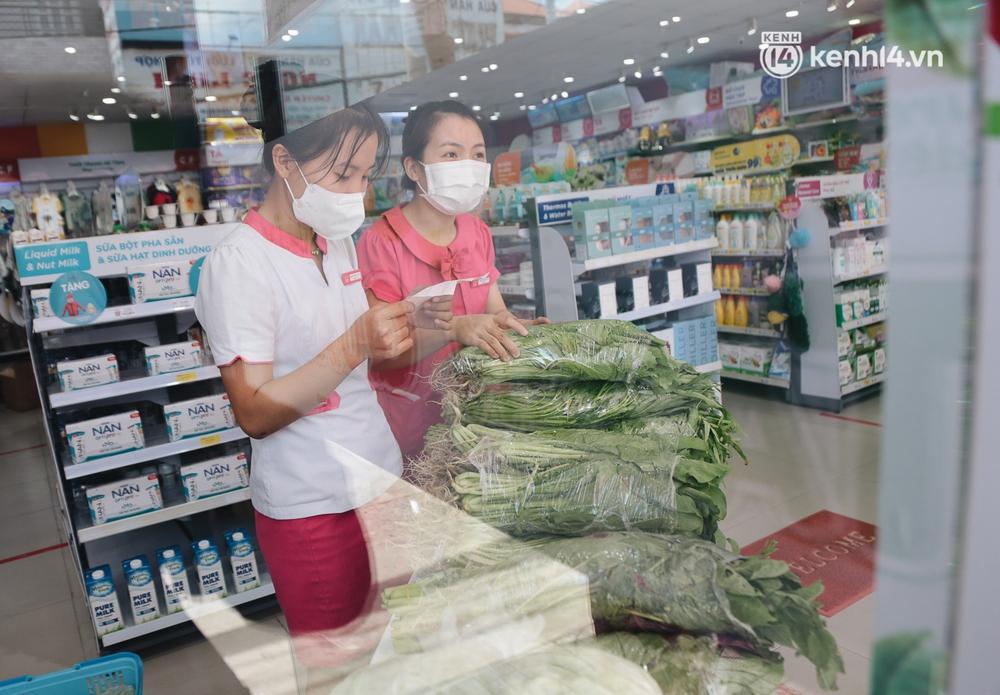 TP.HCM: Cửa hàng Con Cưng bắt đầu bán rau củ, người dân thấy giá bình dân nên mua luôn - Ảnh 6.
