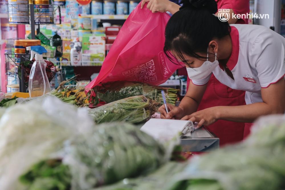 TP.HCM: Cửa hàng Con Cưng bắt đầu bán rau củ, người dân thấy giá bình dân nên mua luôn - Ảnh 8.