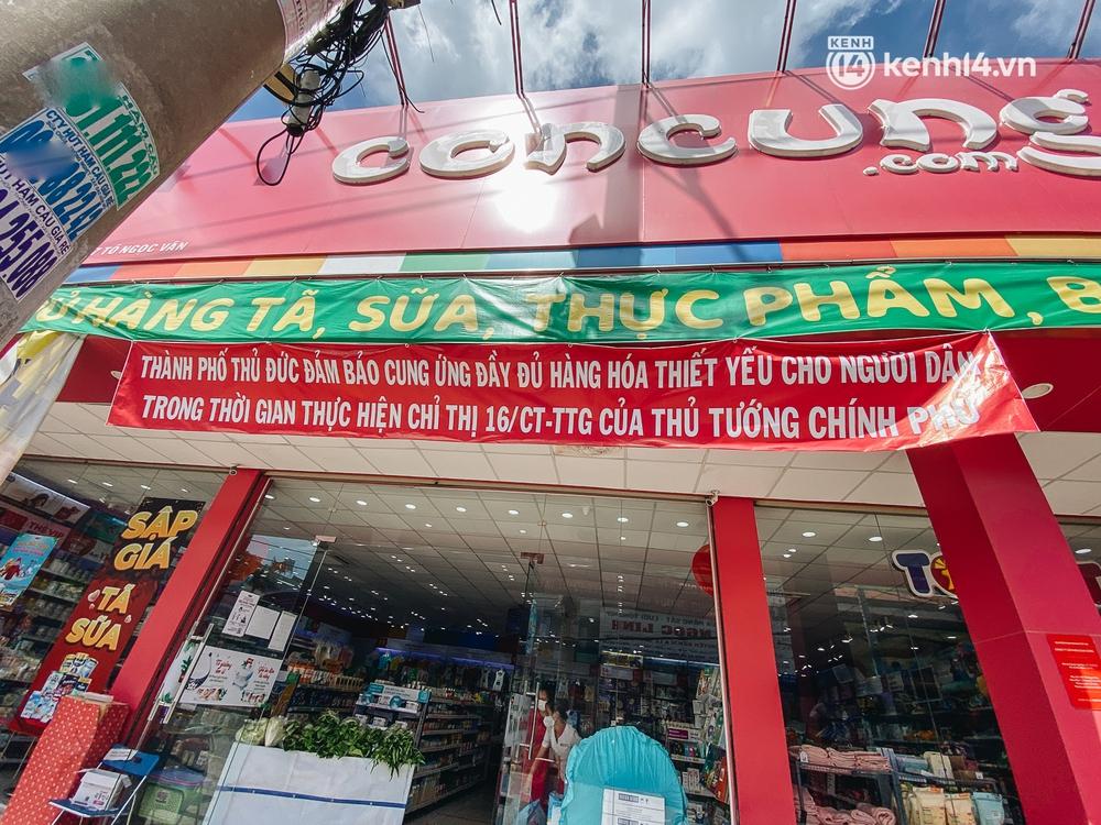 TP.HCM: Cửa hàng Con Cưng bắt đầu bán rau củ, người dân thấy giá bình dân nên mua luôn - Ảnh 1.