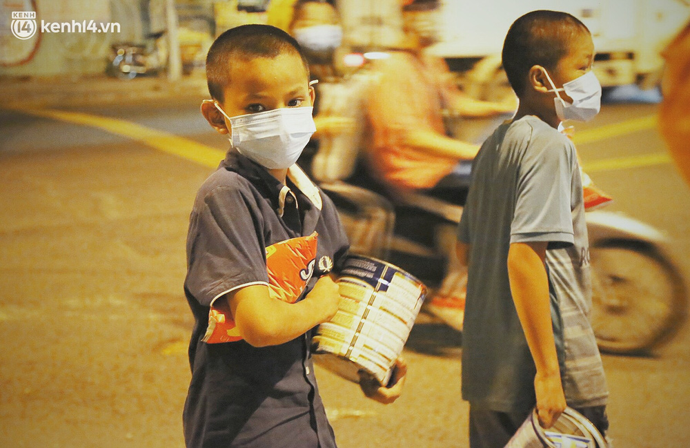 Phát một hộp cơm, tặng một phần gạo và câu chuyện từ thiện từ những người trong cuộc ở Sài Gòn: Của cho không bằng cách cho - Ảnh 4.
