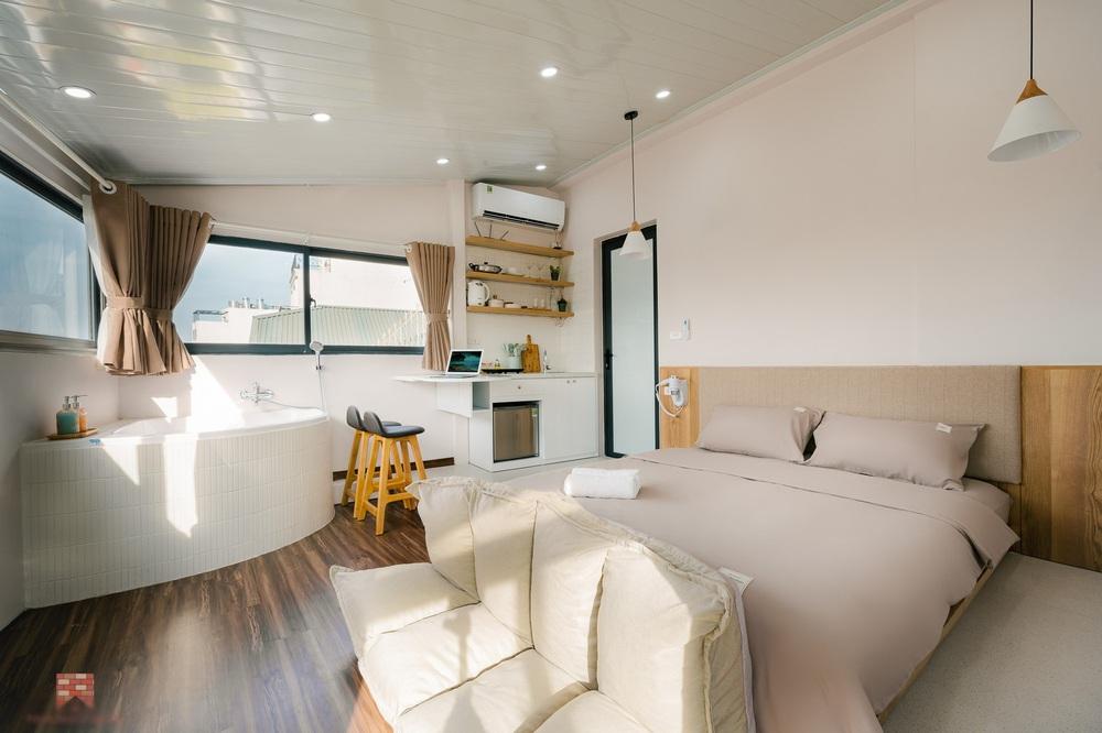 Trai phố cổ chi 150 triệu cải tạo sân thượng 26m2 thành mini penthouse, góc nào cũng sang xịn nhưng mê nhất là bồn tắm cực chill - Ảnh 2.