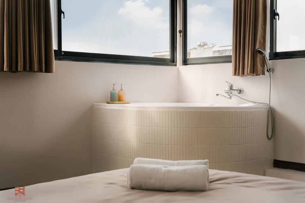 Trai phố cổ chi 150 triệu cải tạo sân thượng 26m2 thành mini penthouse, góc nào cũng sang xịn nhưng mê nhất là bồn tắm cực chill - Ảnh 5.