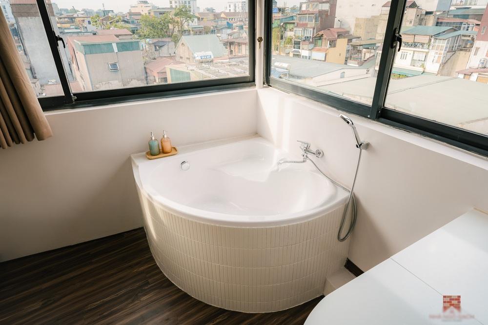 Trai phố cổ chi 150 triệu cải tạo sân thượng 26m2 thành mini penthouse, góc nào cũng sang xịn nhưng mê nhất là bồn tắm cực chill - Ảnh 6.