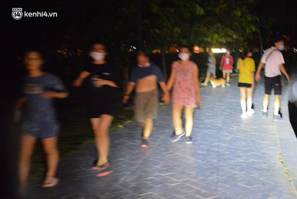 Hà Nội: Tối cuối tuần, hàng trăm người đổ ra công viên tụ tập ăn uống, hóng mát bất chấp dịch Covid-19 phức tạp - Ảnh 5.