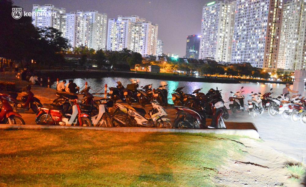 Hà Nội: Tối cuối tuần, hàng trăm người đổ ra công viên tụ tập ăn uống, hóng mát bất chấp dịch Covid-19 phức tạp - Ảnh 15.