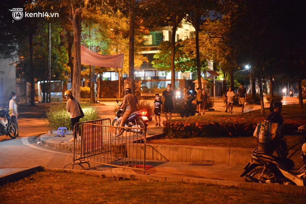 Hà Nội: Tối cuối tuần, hàng trăm người đổ ra công viên tụ tập ăn uống, hóng mát bất chấp dịch Covid-19 phức tạp - Ảnh 14.