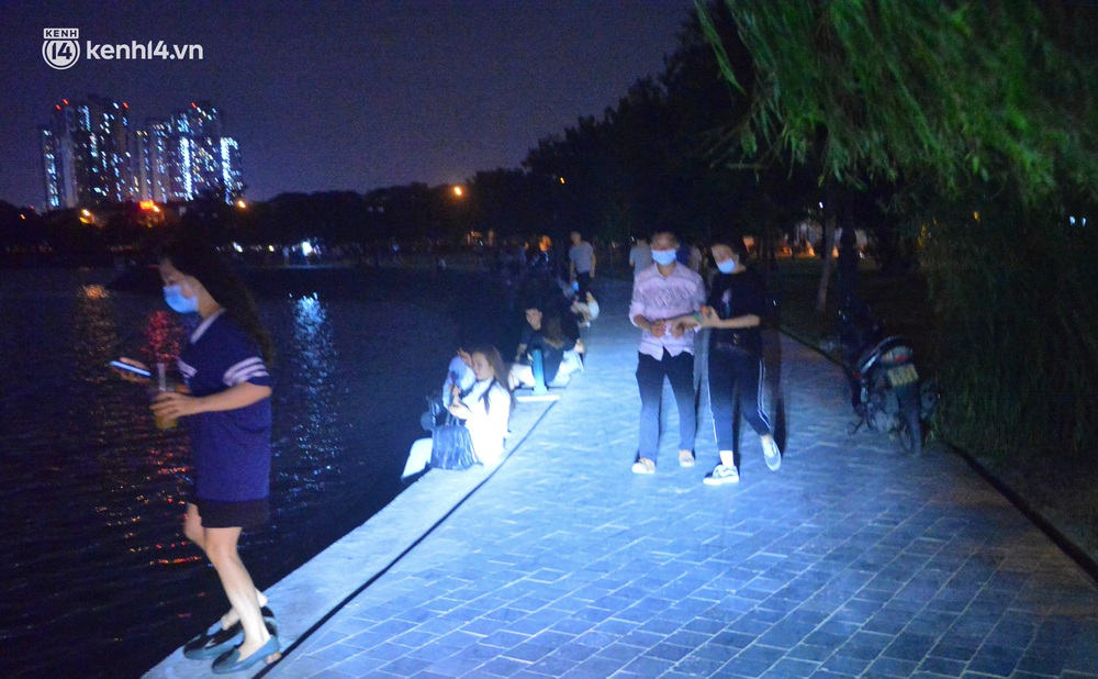 Hà Nội: Tối cuối tuần, hàng trăm người đổ ra công viên tụ tập ăn uống, hóng mát bất chấp dịch Covid-19 phức tạp - Ảnh 9.