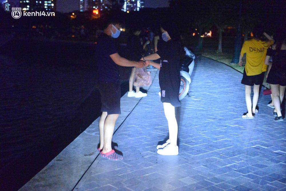 Hà Nội: Tối cuối tuần, hàng trăm người đổ ra công viên tụ tập ăn uống, hóng mát bất chấp dịch Covid-19 phức tạp - Ảnh 12.