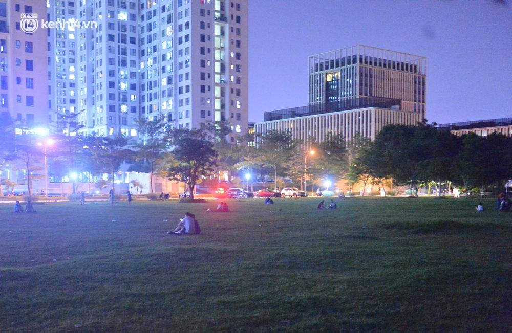 Hà Nội: Tối cuối tuần, hàng trăm người đổ ra công viên tụ tập ăn uống, hóng mát bất chấp dịch Covid-19 phức tạp - Ảnh 1.