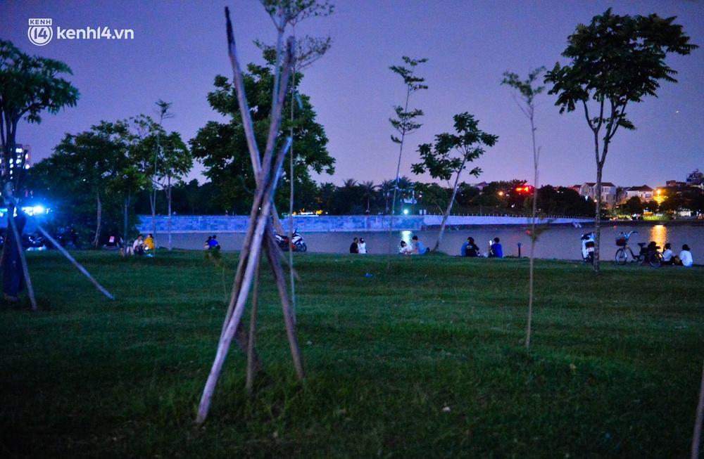 Hà Nội: Tối cuối tuần, hàng trăm người đổ ra công viên tụ tập ăn uống, hóng mát bất chấp dịch Covid-19 phức tạp - Ảnh 2.
