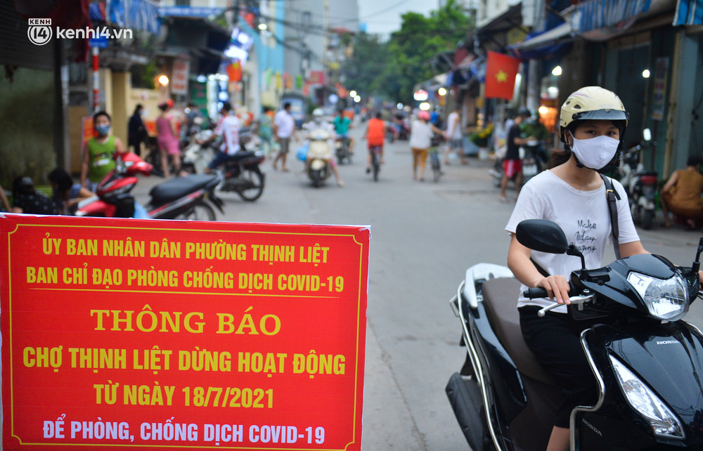Ảnh: Bất chấp lệnh cấm, chợ liên quan ca dương tính ở Hà Nội vẫn tấp nập người mua kẻ bán - Ảnh 1.