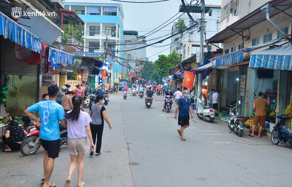 Ảnh: Bất chấp lệnh cấm, chợ liên quan ca dương tính ở Hà Nội vẫn tấp nập người mua kẻ bán - Ảnh 2.