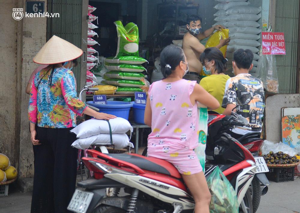 Ảnh: Bất chấp lệnh cấm, chợ liên quan ca dương tính ở Hà Nội vẫn tấp nập người mua kẻ bán - Ảnh 5.