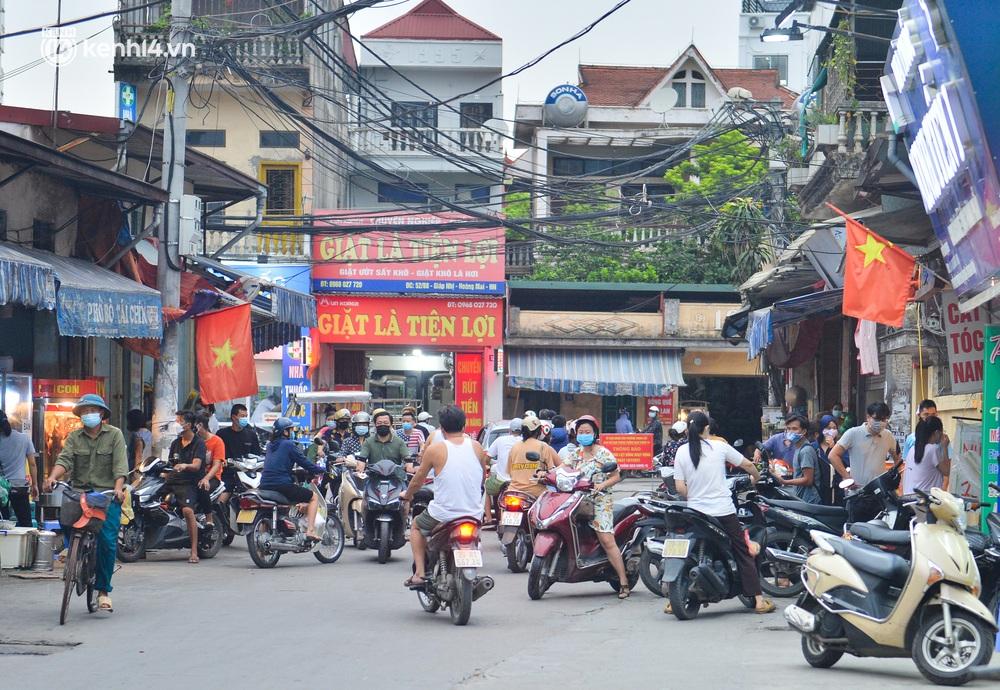 Ảnh: Bất chấp lệnh cấm, chợ liên quan ca dương tính ở Hà Nội vẫn tấp nập người mua kẻ bán - Ảnh 3.