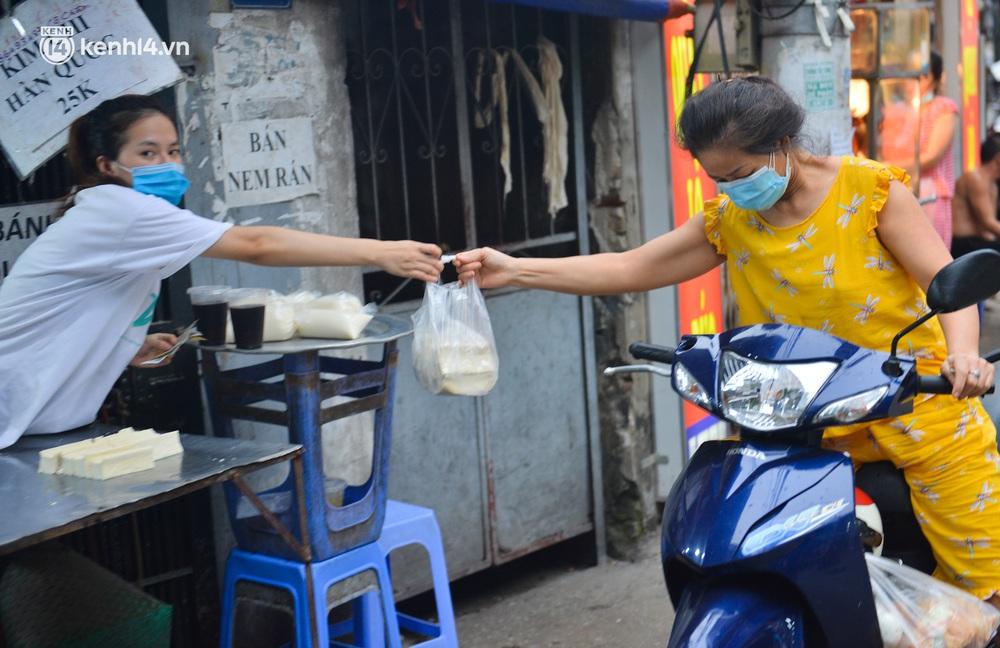 Ảnh: Bất chấp lệnh cấm, chợ liên quan ca dương tính ở Hà Nội vẫn tấp nập người mua kẻ bán - Ảnh 6.