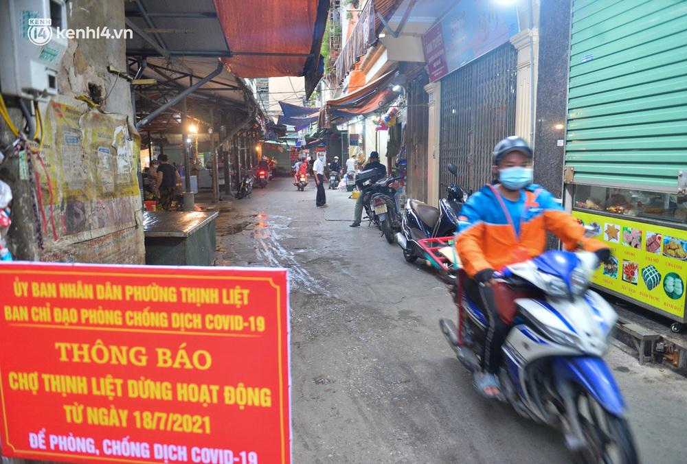 Ảnh: Bất chấp lệnh cấm, chợ liên quan ca dương tính ở Hà Nội vẫn tấp nập người mua kẻ bán - Ảnh 8.