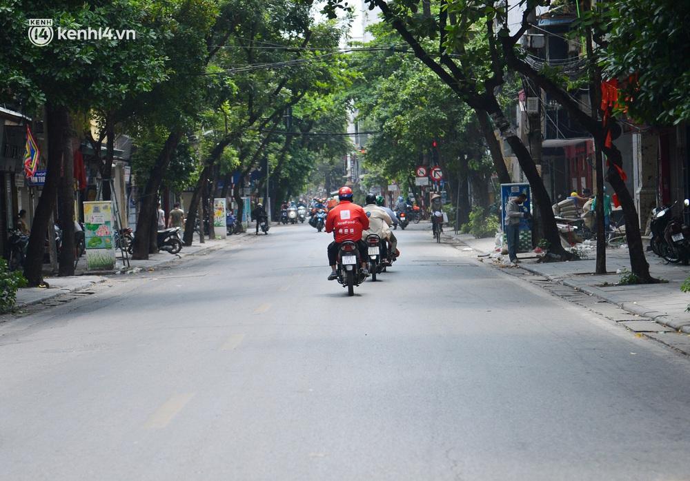 Hà Nội ngày đầu triển khai các biện pháp cấp bách phòng chống dịch: Đường phố vắng vẻ, chợ tấp nập người mua - Ảnh 9.