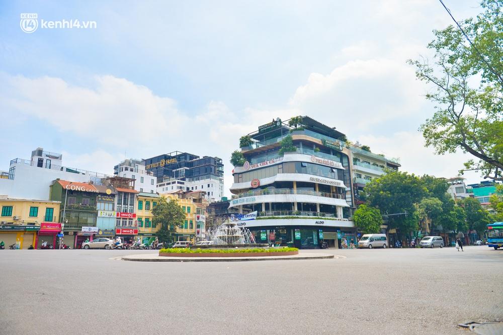 Hà Nội ngày đầu triển khai các biện pháp cấp bách phòng chống dịch: Đường phố vắng vẻ, chợ tấp nập người mua - Ảnh 7.