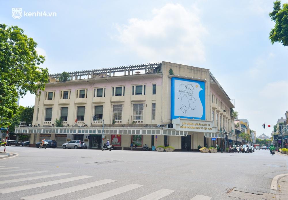 Hà Nội ngày đầu triển khai các biện pháp cấp bách phòng chống dịch: Đường phố vắng vẻ, chợ tấp nập người mua - Ảnh 8.