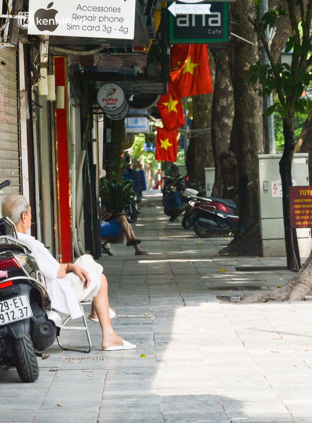Hà Nội ngày đầu triển khai các biện pháp cấp bách phòng chống dịch: Đường phố vắng vẻ, chợ tấp nập người mua - Ảnh 10.