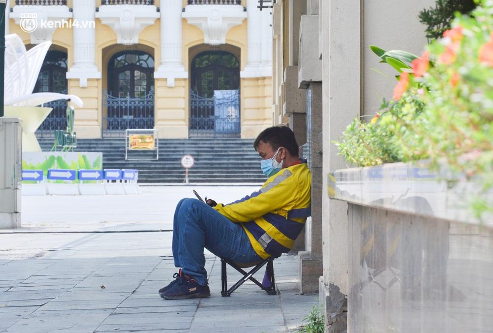 Hà Nội ngày đầu triển khai các biện pháp cấp bách phòng chống dịch: Đường phố vắng vẻ, chợ tấp nập người mua - Ảnh 13.