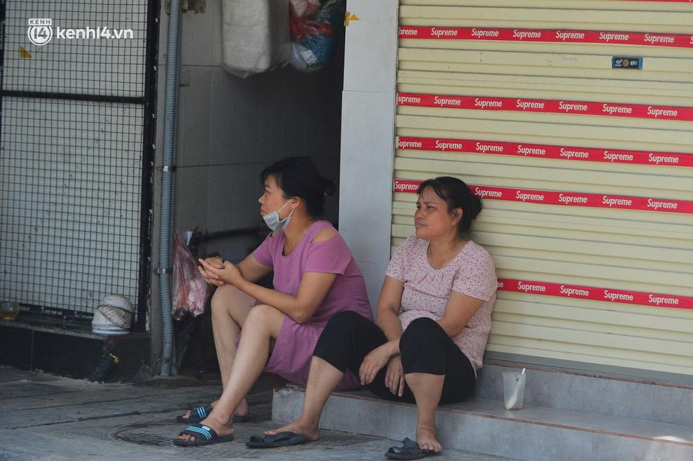Hà Nội ngày đầu triển khai các biện pháp cấp bách phòng chống dịch: Đường phố vắng vẻ, chợ tấp nập người mua - Ảnh 11.