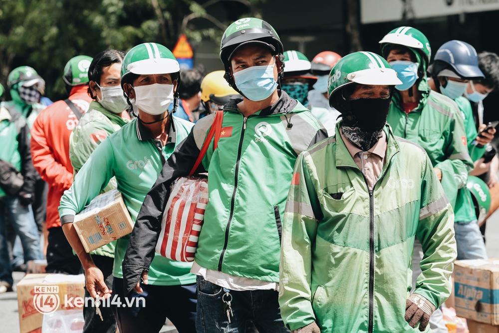 Đội quân shipper đổ bộ đến những bệnh viện dã chiến để giao hàng hóa cho bệnh nhân Covid-19 ở Sài Gòn - Ảnh 4.