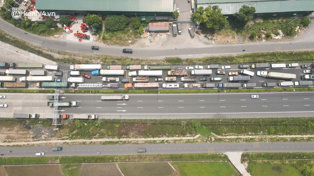 Ảnh: Ùn tắc kinh hoàng ở chốt cao tốc Pháp Vân - Cầu Giẽ, tài xế mệt mỏi vì đợi 2 tiếng chưa vào được Thủ đô - Ảnh 3.