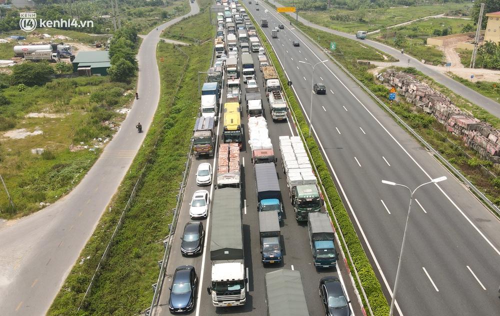 Ảnh: Ùn tắc kinh hoàng ở chốt cao tốc Pháp Vân - Cầu Giẽ, tài xế mệt mỏi vì đợi 2 tiếng chưa vào được Thủ đô - Ảnh 6.