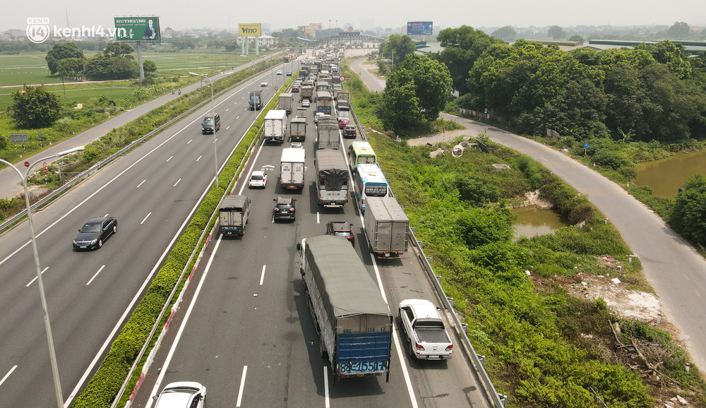 Ảnh: Ùn tắc kinh hoàng ở chốt cao tốc Pháp Vân - Cầu Giẽ, tài xế mệt mỏi vì đợi 2 tiếng chưa vào được Thủ đô - Ảnh 4.