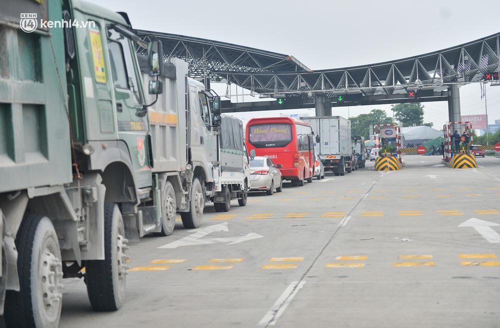 Ảnh: Ùn tắc kinh hoàng ở chốt cao tốc Pháp Vân - Cầu Giẽ, tài xế mệt mỏi vì đợi 2 tiếng chưa vào được Thủ đô - Ảnh 8.