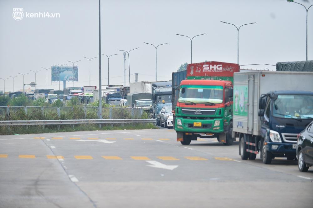 Ảnh: Ùn tắc kinh hoàng ở chốt cao tốc Pháp Vân - Cầu Giẽ, tài xế mệt mỏi vì đợi 2 tiếng chưa vào được Thủ đô - Ảnh 11.