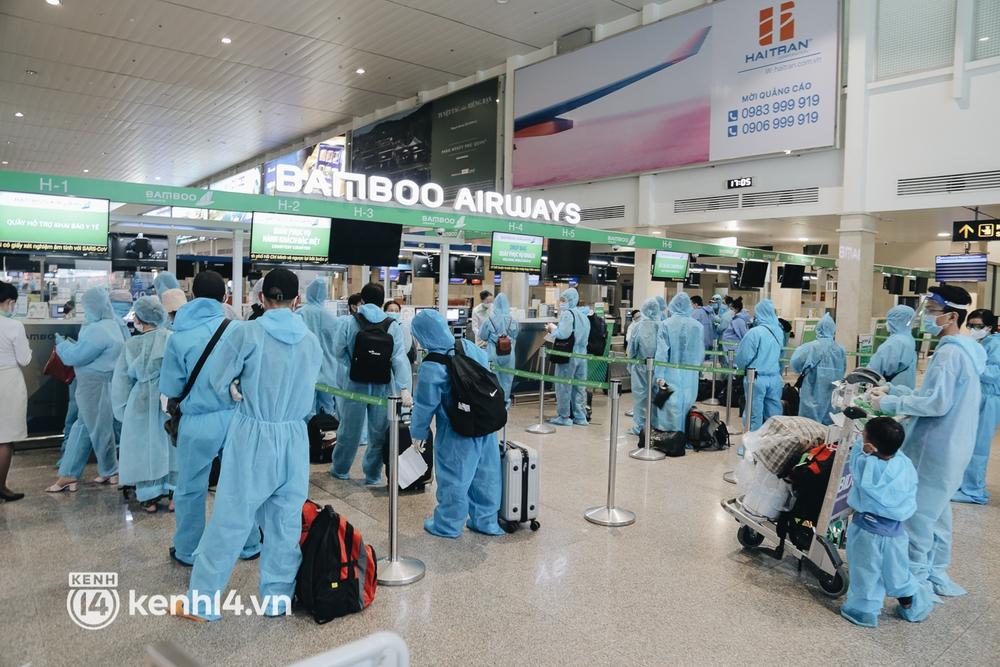 Gần 200 người Bình Định rời TP.HCM trên chuyến bay đặc biệt: Cầm tấm vé trên tay, ai cũng bồi hồi xúc động khi được về quê hương - Ảnh 1.