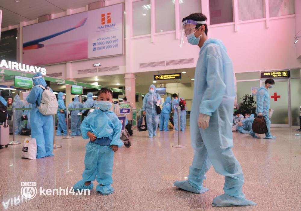 Gần 200 người Bình Định rời TP.HCM trên chuyến bay đặc biệt: Cầm tấm vé trên tay, ai cũng bồi hồi xúc động khi được về quê hương - Ảnh 6.