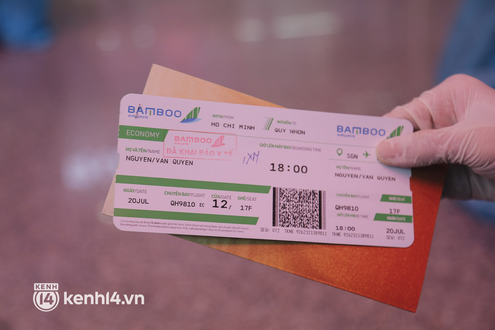 Gần 200 người Bình Định rời TP.HCM trên chuyến bay đặc biệt: Cầm tấm vé trên tay, ai cũng bồi hồi xúc động khi được về quê hương - Ảnh 2.