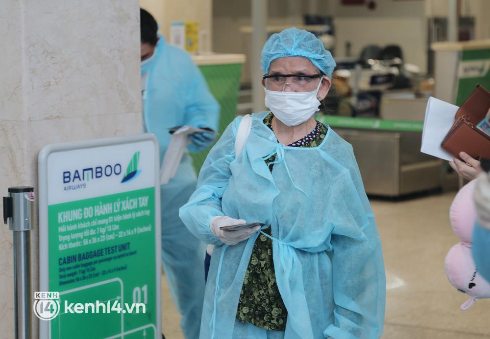 Gần 200 người Bình Định rời TP.HCM trên chuyến bay đặc biệt: Cầm tấm vé trên tay, ai cũng bồi hồi xúc động khi được về quê hương - Ảnh 9.