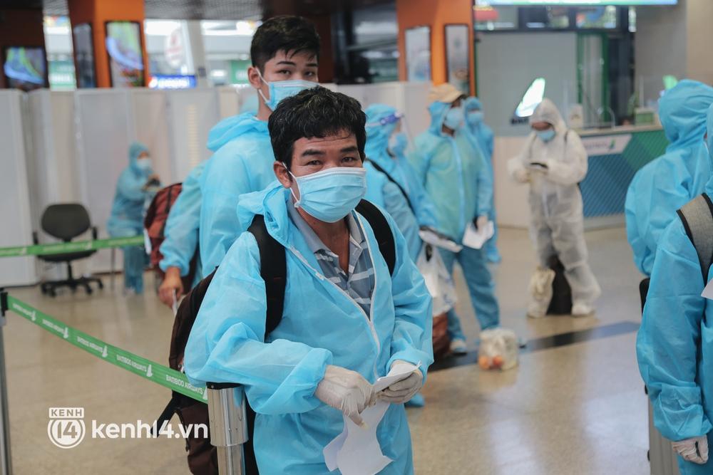 Gần 200 người Bình Định rời TP.HCM trên chuyến bay đặc biệt: Cầm tấm vé trên tay, ai cũng bồi hồi xúc động khi được về quê hương - Ảnh 7.